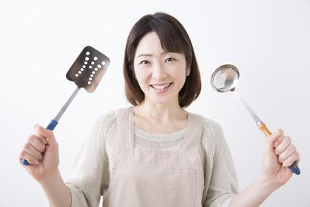 utensilios de cocina: Housewife smile with a cookware Foto de archivo