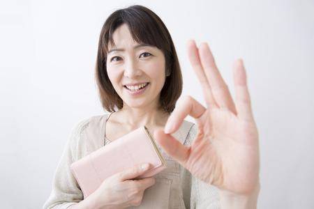 Huisvrouw glimlach met een beurs Stockfoto