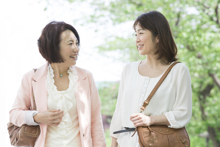 shopping buddies: Middle women chat