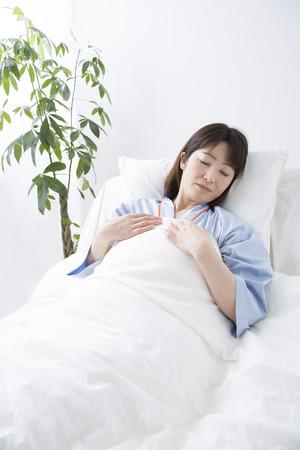 pacjent: Pacjenci spać w łóżku Zdjęcie Seryjne