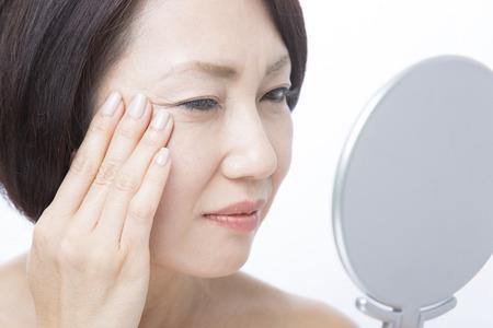 arrugas: Mujer de mediana de preocuparse por las arrugas