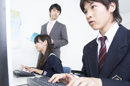 Junior high school students learn computer photo