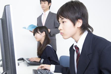 Junior high school students learn computer