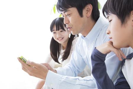 Padre-hijo mirar teléfono inteligente Foto de archivo - 39881797