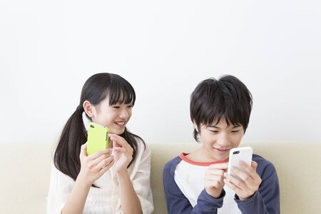 Brother and sister to operate the smart phone