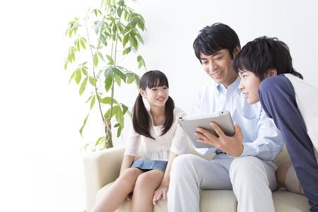 seres vivos: Los padres y los niños trabajen con Tablet PC Foto de archivo