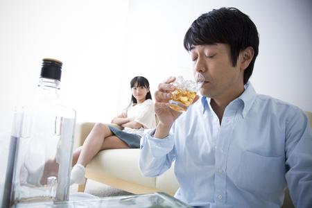 alcoholismo: Hija mirada del padre a causa de alcoholismo