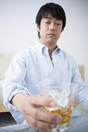alcoholismo: Los hombres con el alcoholismo Foto de archivo