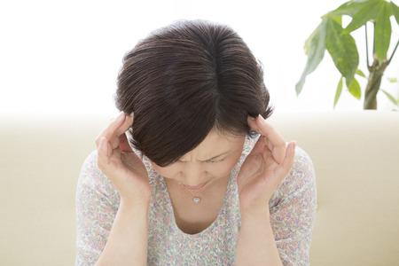 頭を押すと中間の女性 写真素材