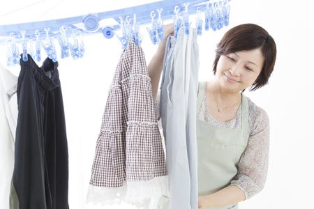 seres vivos: Ama de casa colgando la ropa