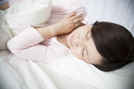 sleep well: woman sleep in pain
