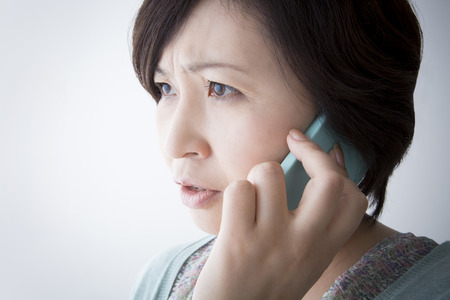Las mujeres se someten a medias teléfono sospechoso Foto de archivo - 49305600