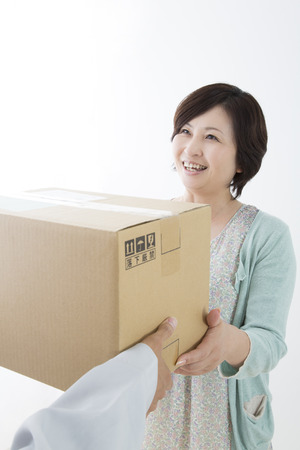 delivery box: Middle woman to receive the luggage