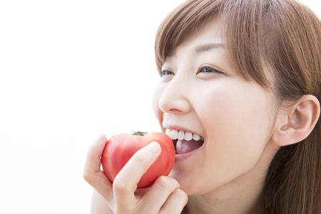 gnaw: Women who gnaw the tomato