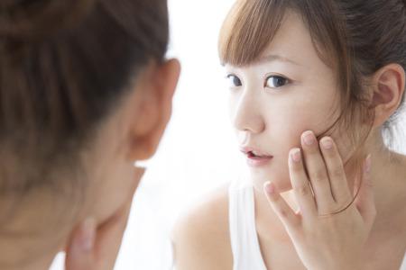 Frau Ihre Haut zu überprüfen
