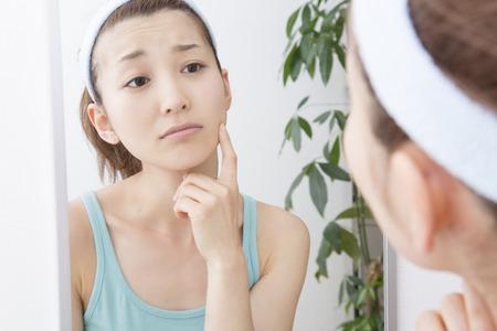 japonais: Femme que le chèque de votre peau Banque d'images