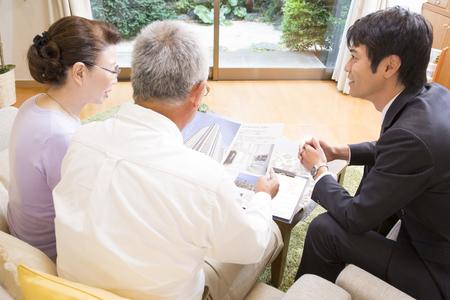 the elderly residence: Senior couple to talk with the salesman Stock Photo