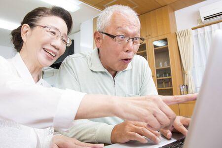 the elderly residence: View notebook PC senior couple