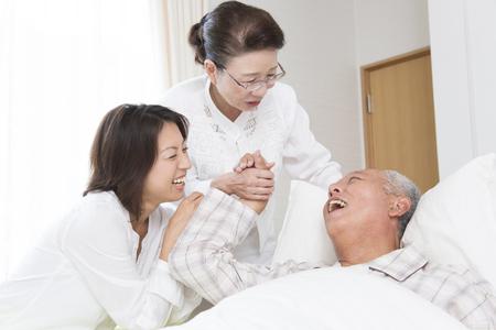 그의 아내와 딸은 보살핌의 남편을 보았다.