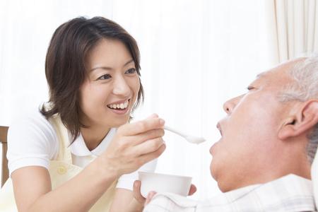 Pflegeperson in die Nahrungsergänzungsmittel Standard-Bild