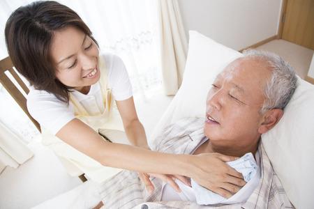 Caregiver to wipe the body of senior men 版權商用圖片