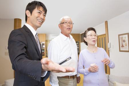 Coppia Senior e venditore per un'anteprima