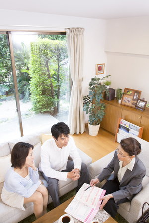 the elderly residence: Middle couple to hear the story of veteran sales lady Stock Photo