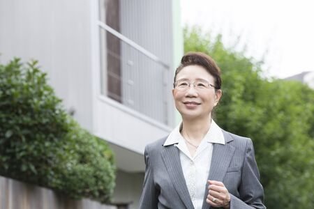 the elderly residence: Veteran sales lady to walk the residential area Stock Photo