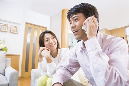 笑顔で電話中の男性
