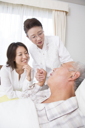 the elderly residence: His wife and daughter to watch the husband of care