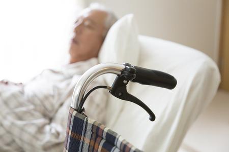 고위 남자는 침대에서 자다.