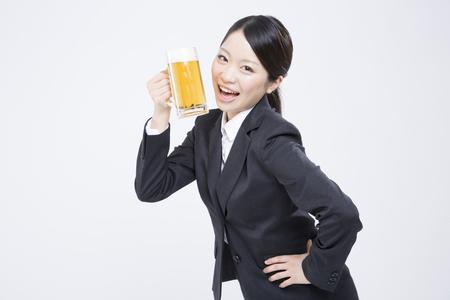 맥주 머그잔을 입은 신입 사원
