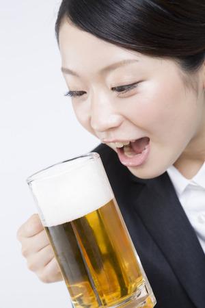 맥주 머그잔을 신입 직원