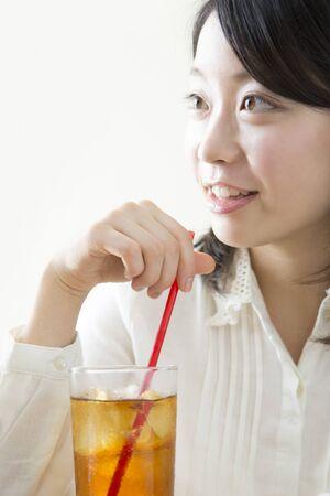 té helado: Las mujeres que beben té helado