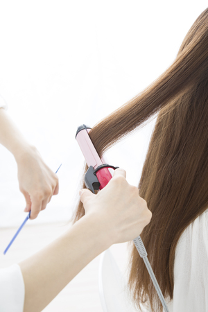coiffeur: Hairdresser a headset at hand