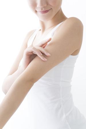 Žena se dotýká horní rameno