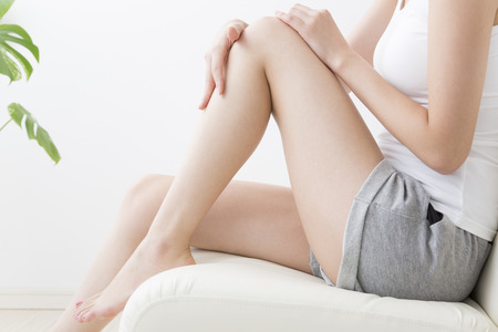 女性の脚に触れる