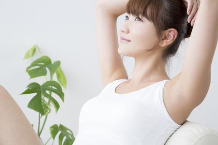 Ženy dát ruce na hlavu Reklamní fotografie