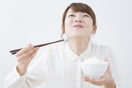 arroz: Mujeres que comen arroz Foto de archivo