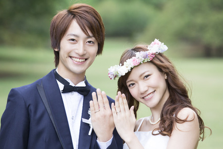 Bride and groom wedding ring to show 스톡 콘텐츠