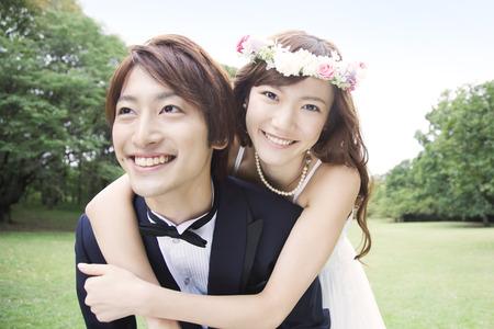 Bruidegom om de bruid te piggyback