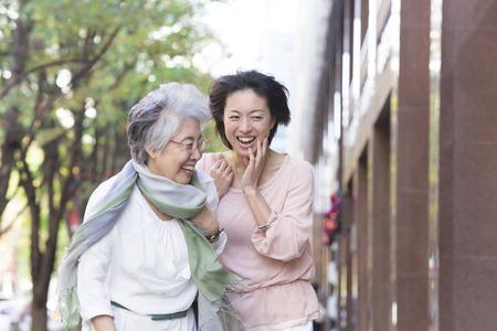 母と娘を歩き 写真素材