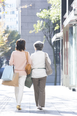 step daughter: From behind the mother and daughter to walk the streets Stock Photo
