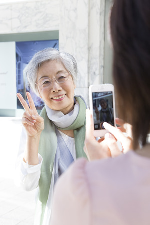 step daughter: Take a commemorative photo in smart phones the mother and daughter