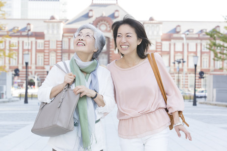 母と東京観光する娘 写真素材