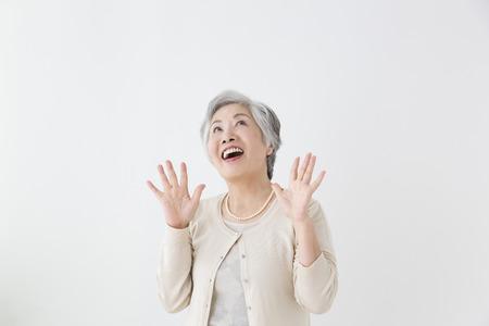 年配の女性が驚いた