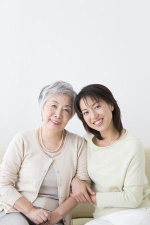 Smiling mother and daughter 版權商用圖片