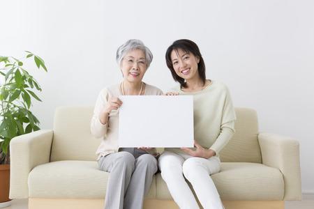 メッセージ ボードが母と娘を笑顔と笑顔します。