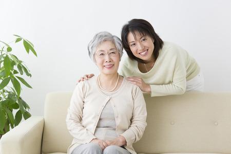 dadã  daughter: Madre e hija sonrientes Foto de archivo