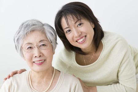 vejez feliz: Madre e hija sonrientes Foto de archivo